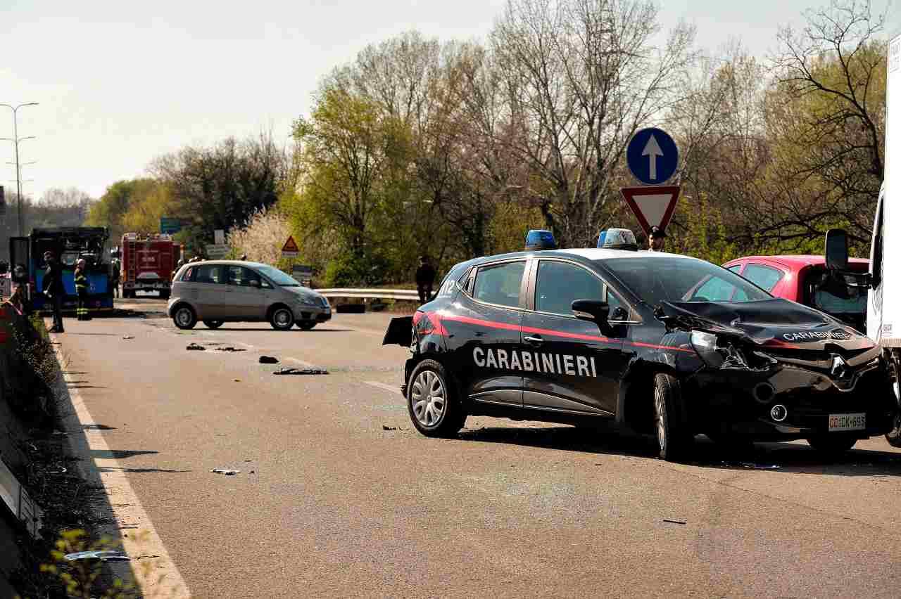 Incidente auto carabinieri e polizia