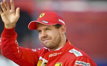 Vettel saluta