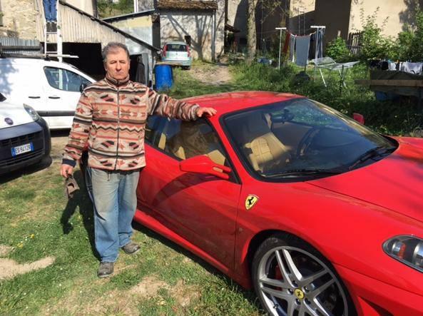 Va a comprare una Ferrari e i venditori gli ridono in faccia e lui la compra veramente