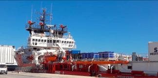 La nave Ocean Viking ferma a Pozzallo per controlli