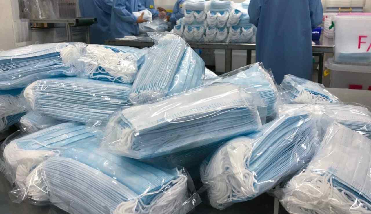 Coronavirus: un'azienda di auto elettriche che produce più mascherine di tutti