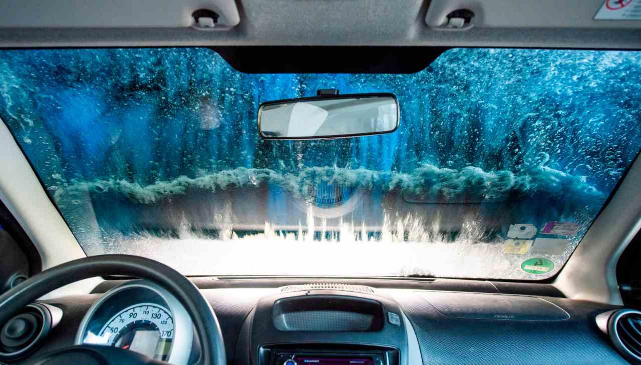 Lavaggio dell'auto per prevenire Coronavirus