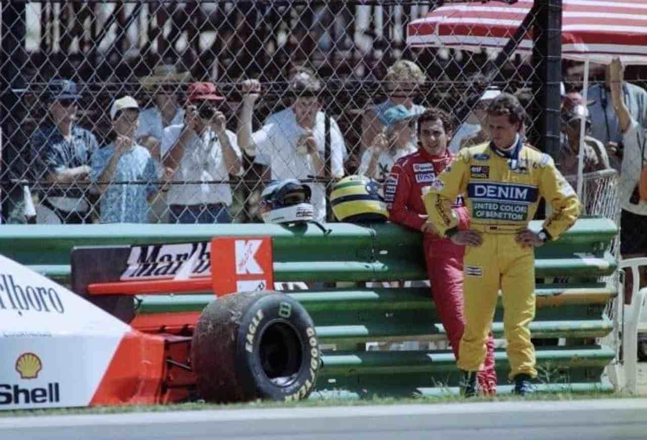 Schumacher guarda l'auto di Senna
