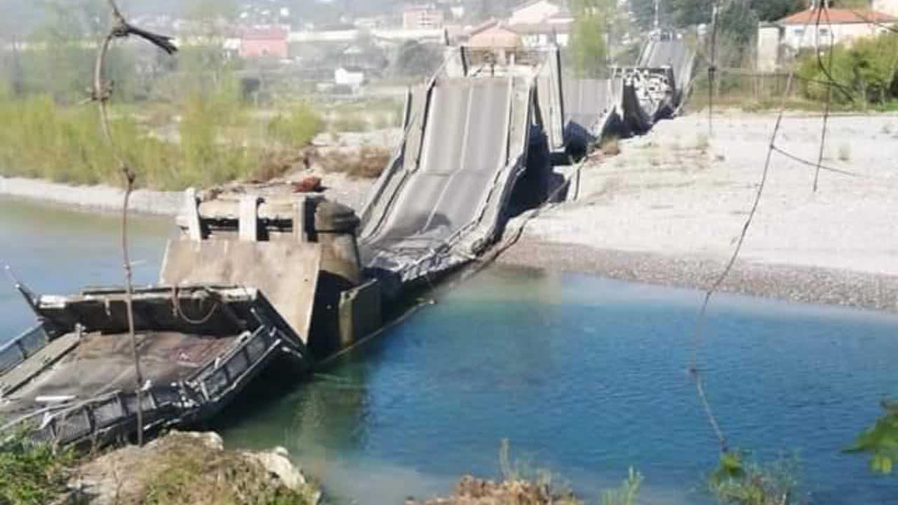 Massa Carrara, crolla ponte su provinciale: coinvolti due veicoli