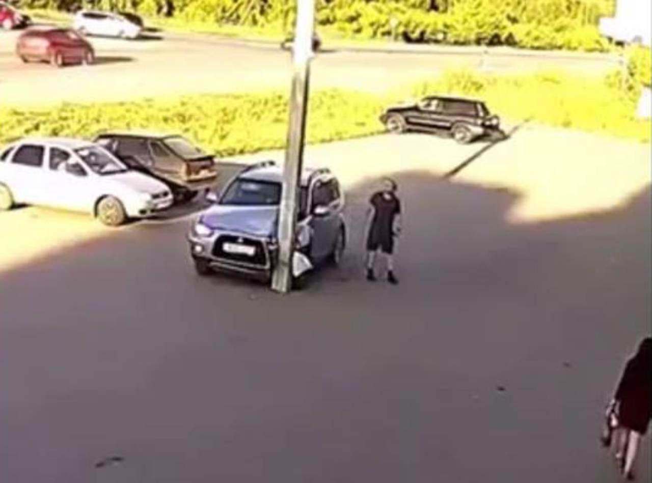 Incidente parcheggio prende il palo