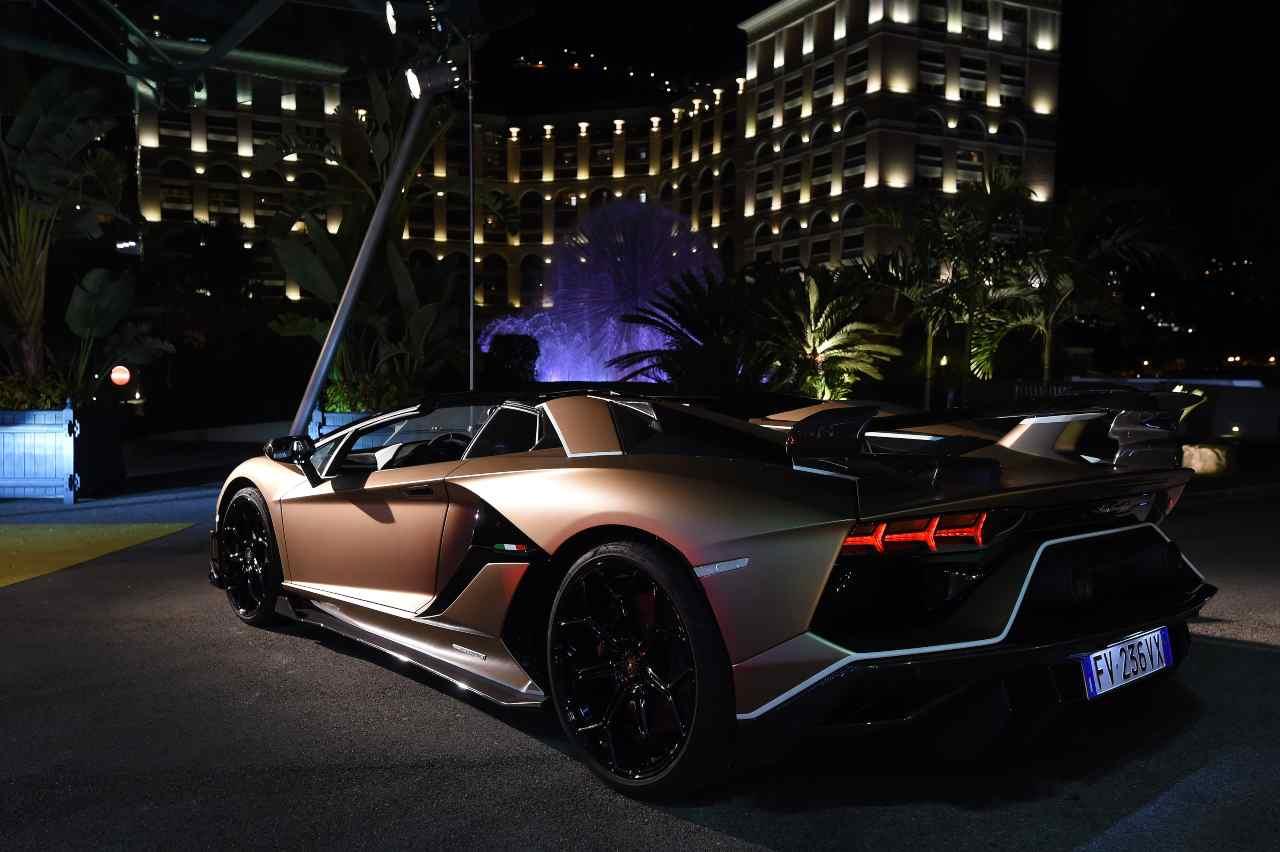 Lamborghini sfreccia a folle velocità