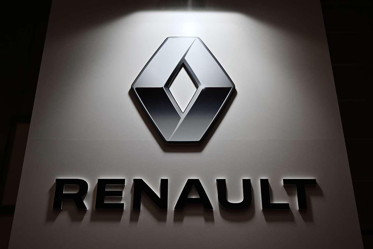 Renault, rivolta dei dipendenti in una fabbrica: dirigenti presi in ostaggio