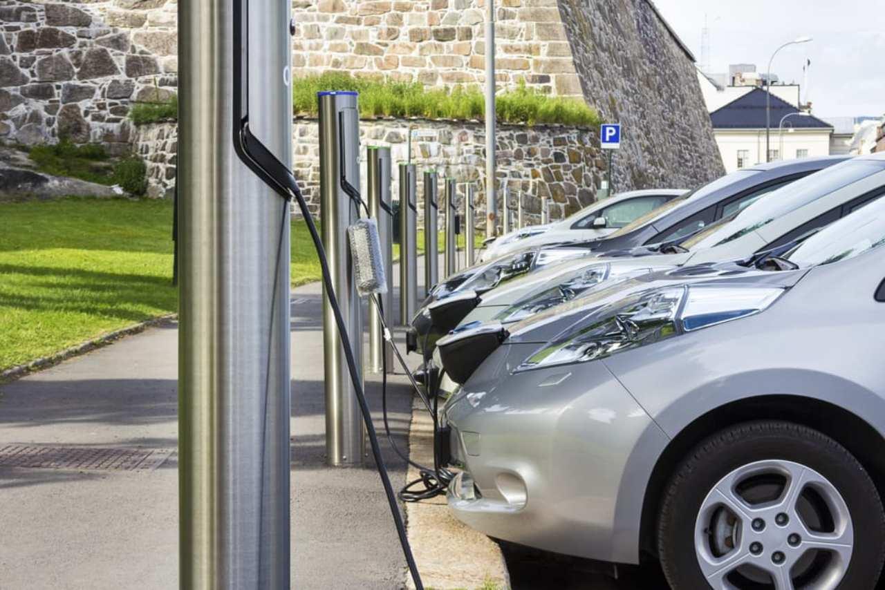 Auto Elettriche e colonnine di ricarica, le possibili novità con DL Semplificazioni