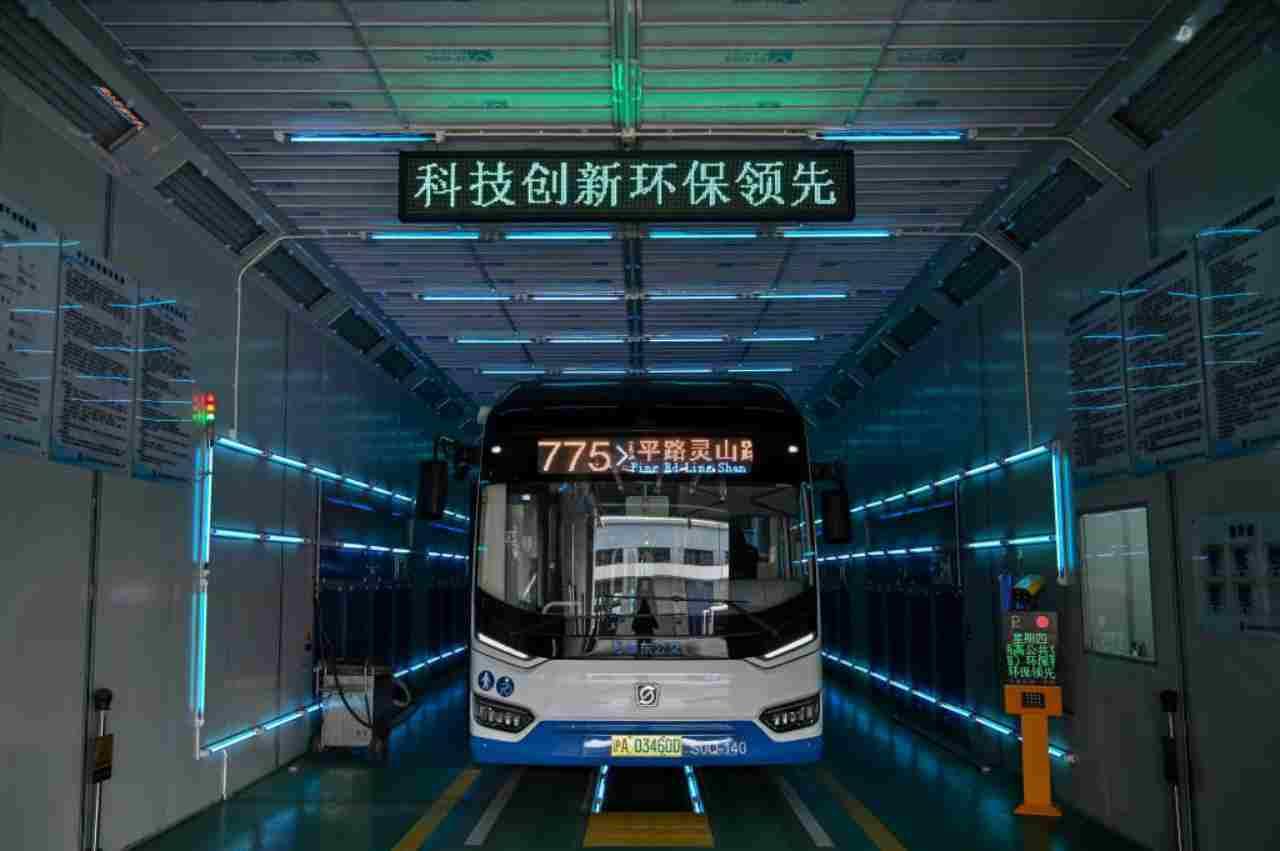 Autobus, sanificazioni in 5 minuti con i raggi UV: la novità dalla Cina