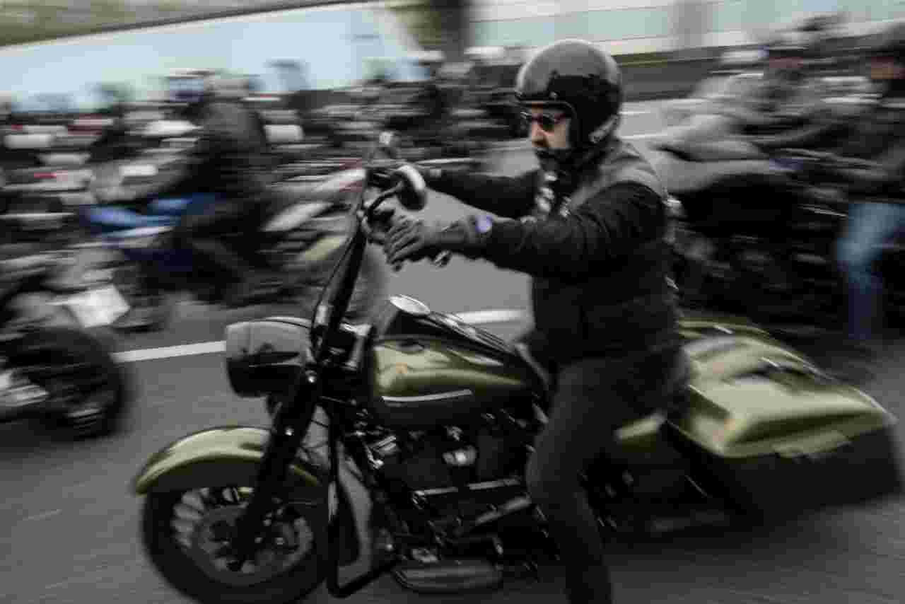 Moto, assembramento e corsa folle in Francia: un poliziotto ferito