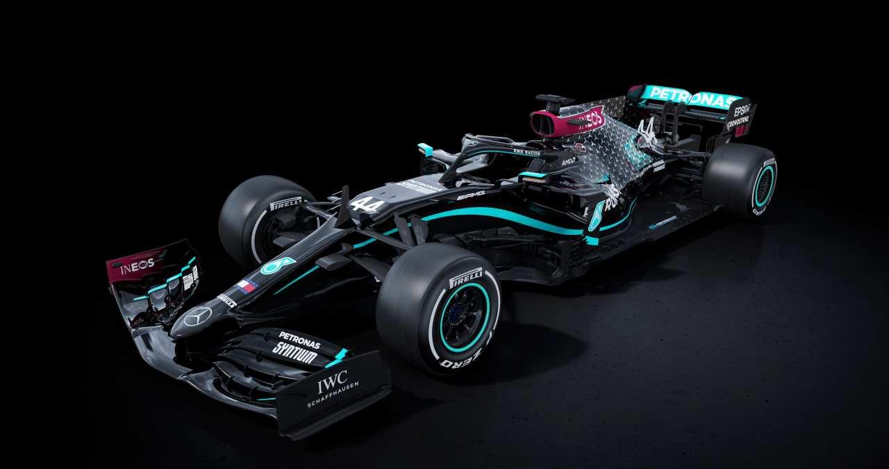 F1, la Mercedes nera contro il razzismo in pista