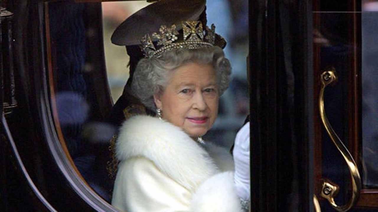 La Regina Elisabetta E Il Bobbista Che Parcheggia Le Auto A Spinta Video