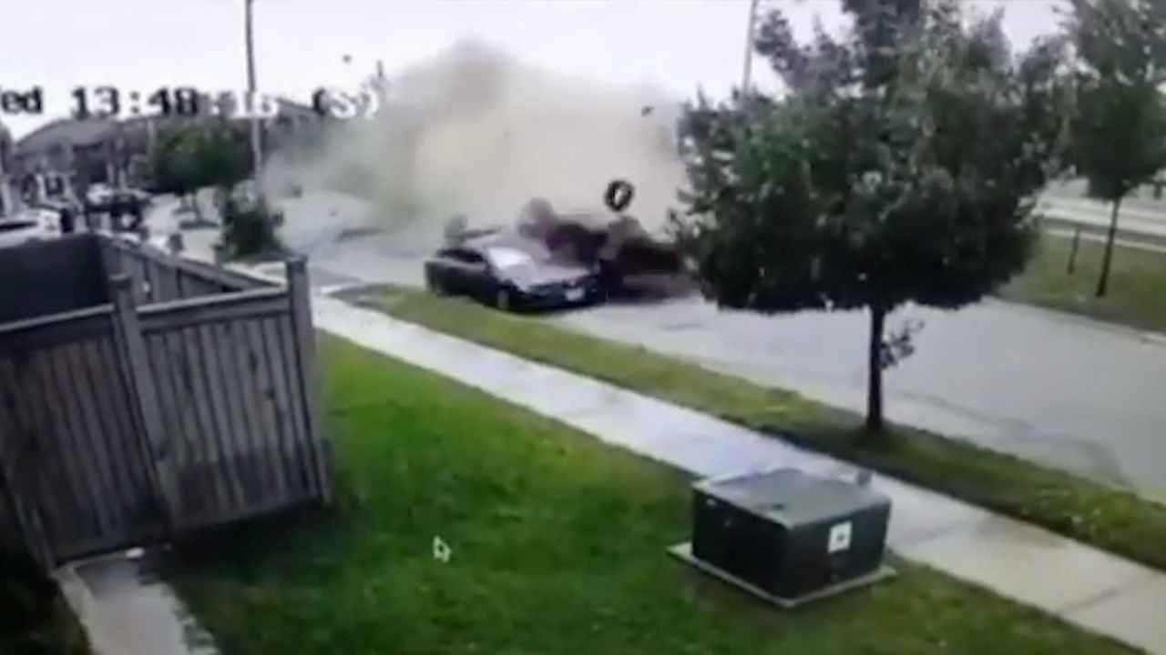 Distrugge l'auto e resta illeso: il video dell'incredibile incidente