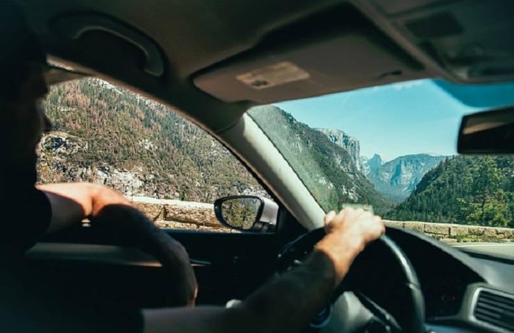 Automobilista alla guida