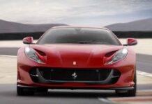 Ferrari 812 Superfast contro Lamborghini Evo: la sfida con un aereo - Video