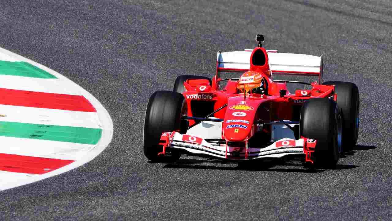 Mick Schumacher con la Ferrari al Mugello: le foto con la F2004 del padre