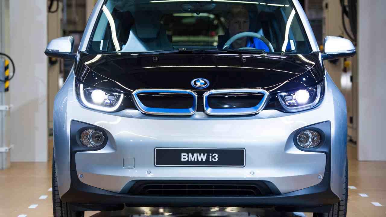 BMW, accelerata per auto elettriche e ibride: i piani per il 2025