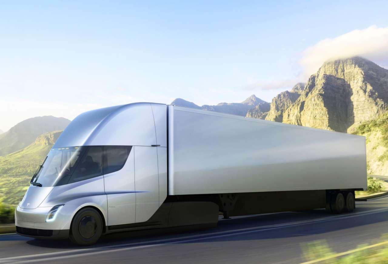 """Bill Gates contro camion e furgoni elettrici: """"Meglio i biocarburanti"""""""