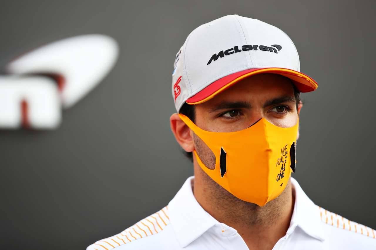 Carlos Sainz in Ferrari, la sorprendente reazione all'ironia sui social