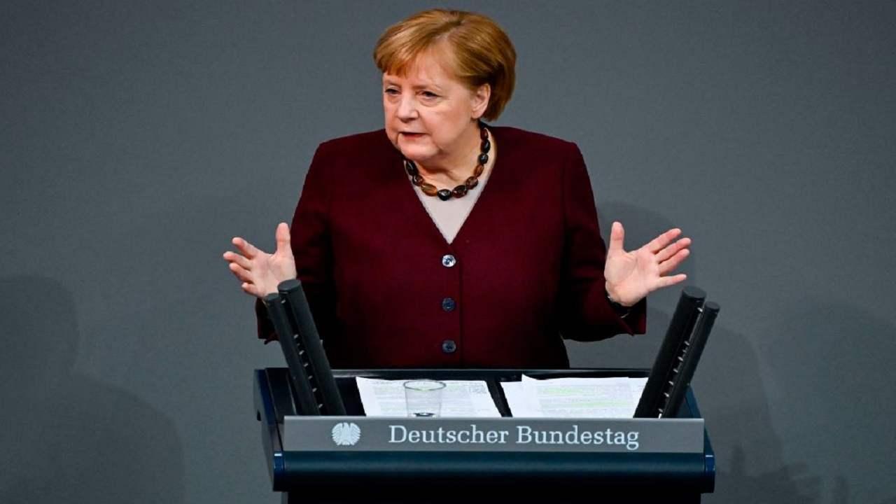 Angela Merkel auto contro ufficio