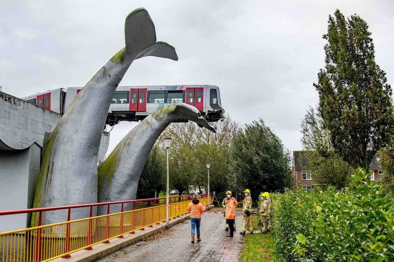 Metro fuori controllo a Rotterdam, una scultura evita la tragedia - Video