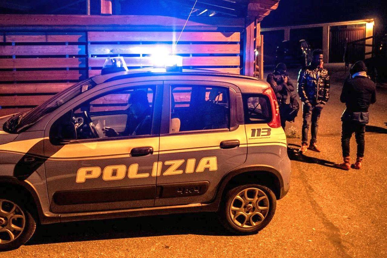 Colpiscono Auto e scooter in sosta con accetta: due arresti per il folle gesto