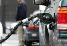 rifornimento benzina automobilista