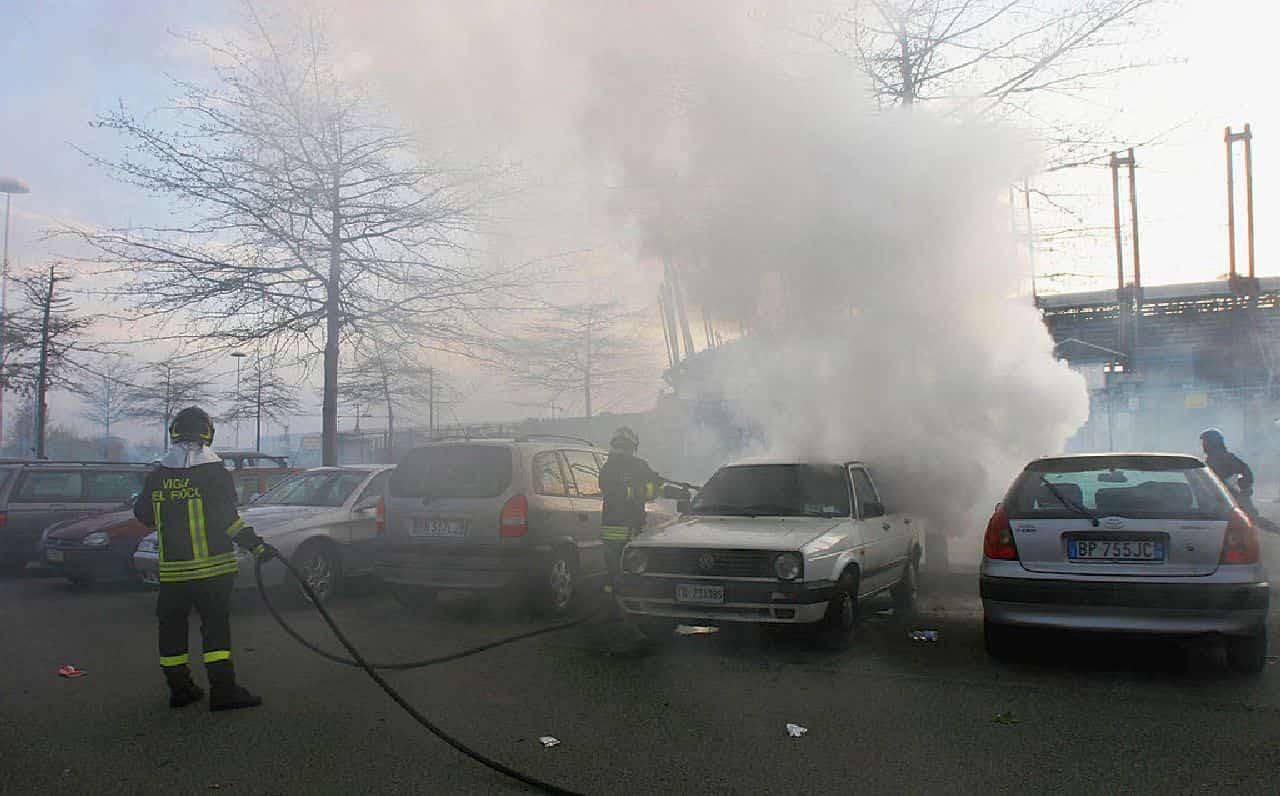 """Provoca un tamponamento e si vendica incendiando le Auto della """"vittima"""""""