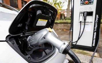 Auto Elettriche, colonnine di ricarica obbligatorie dal benzinaio: il progetto