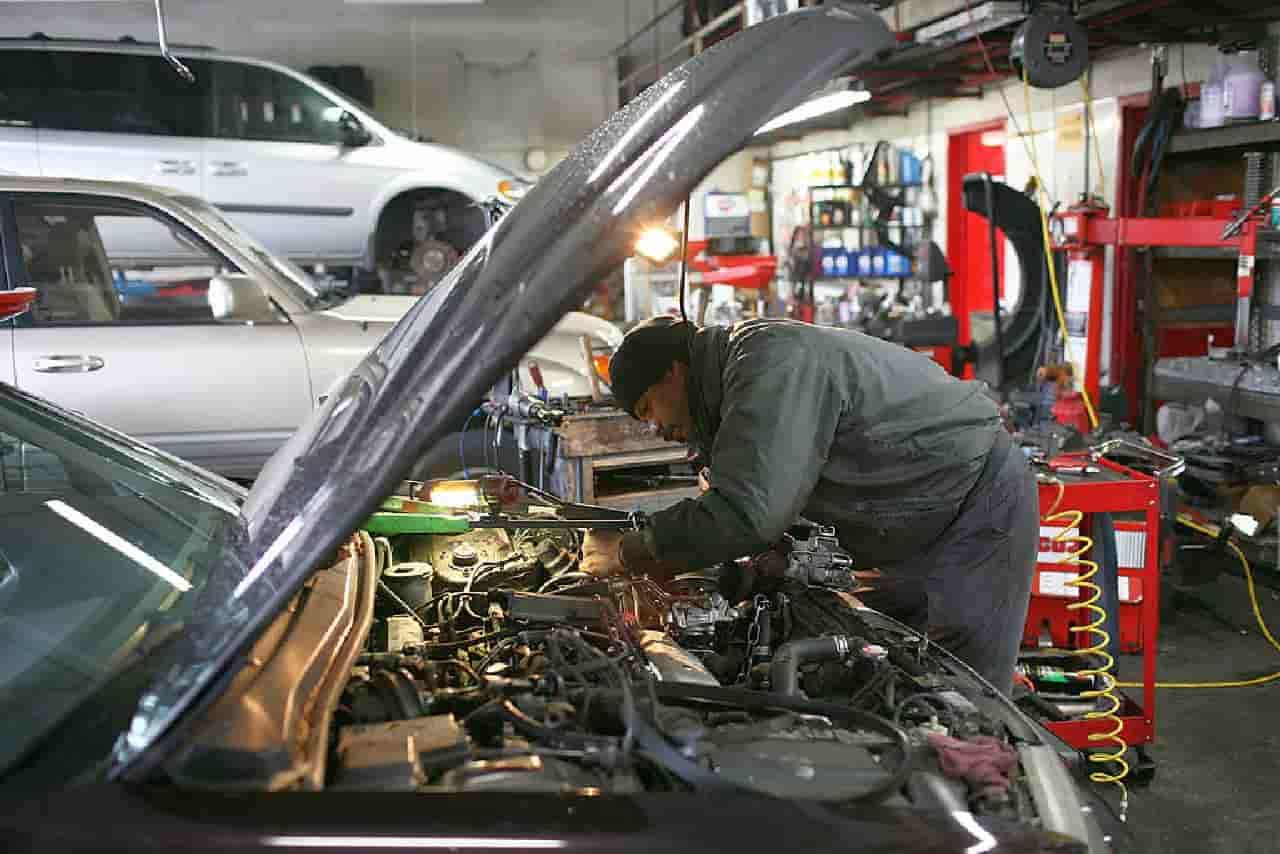 Ex meccanico ripara vecchie Auto rotte e le regala ai poveri: la storia