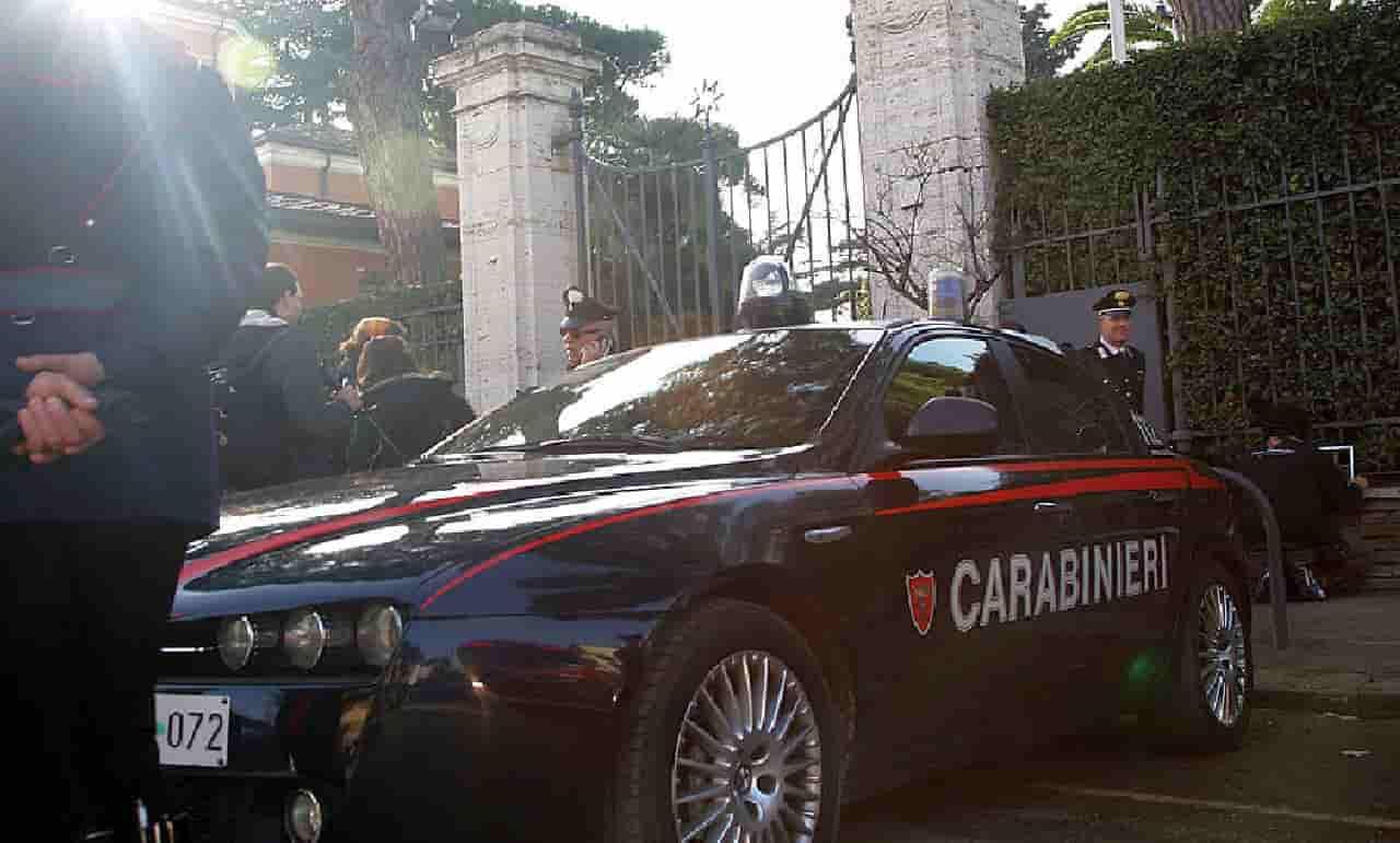 Saltano nudi sull'Auto dei carabinieri: arrestati due turisti tedeschi