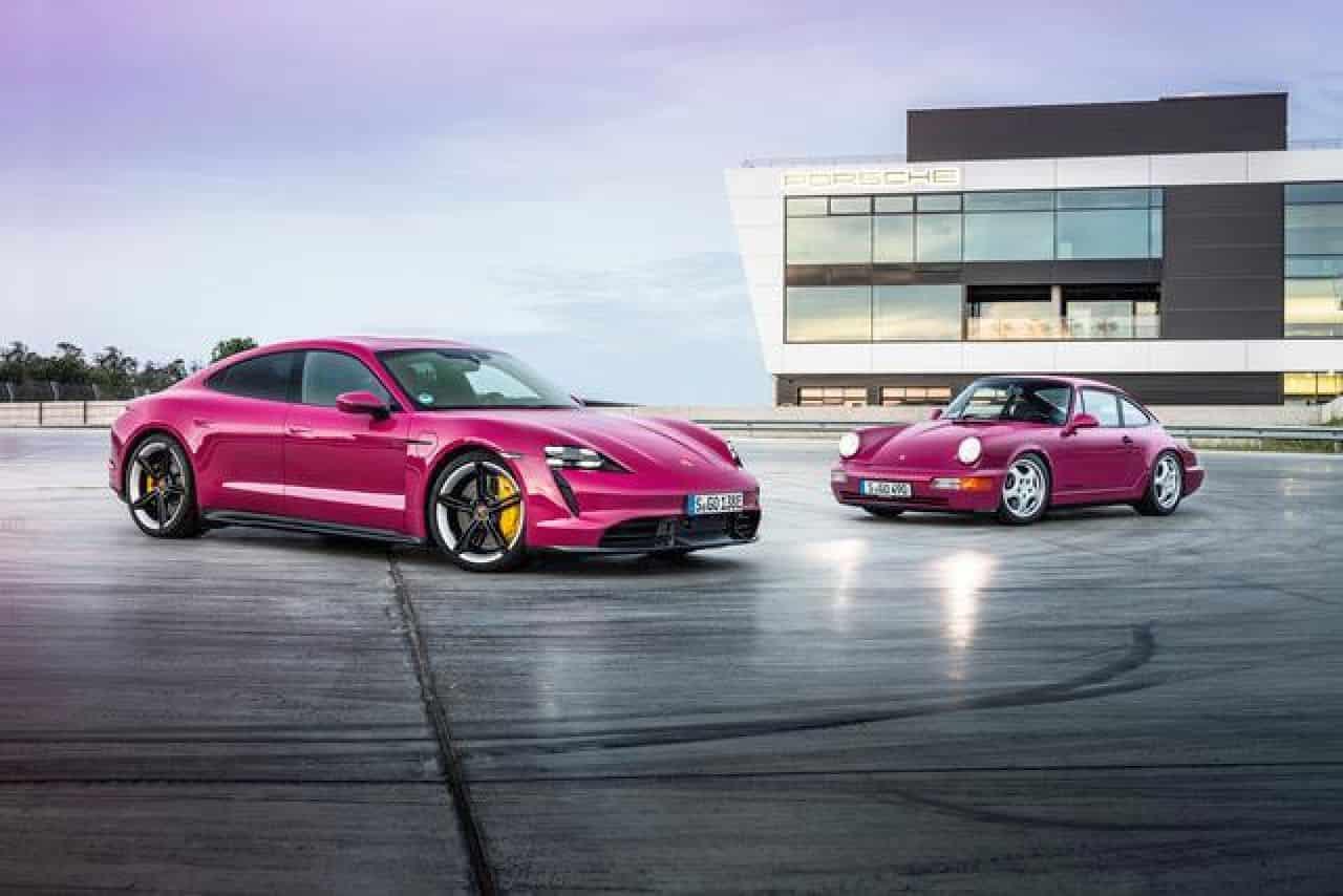 Porsche Taycan 2022: parcheggio da remoto e nuovi colori speciali. Tra le novità della gamma elettrificata arriva il Remote Park Assist